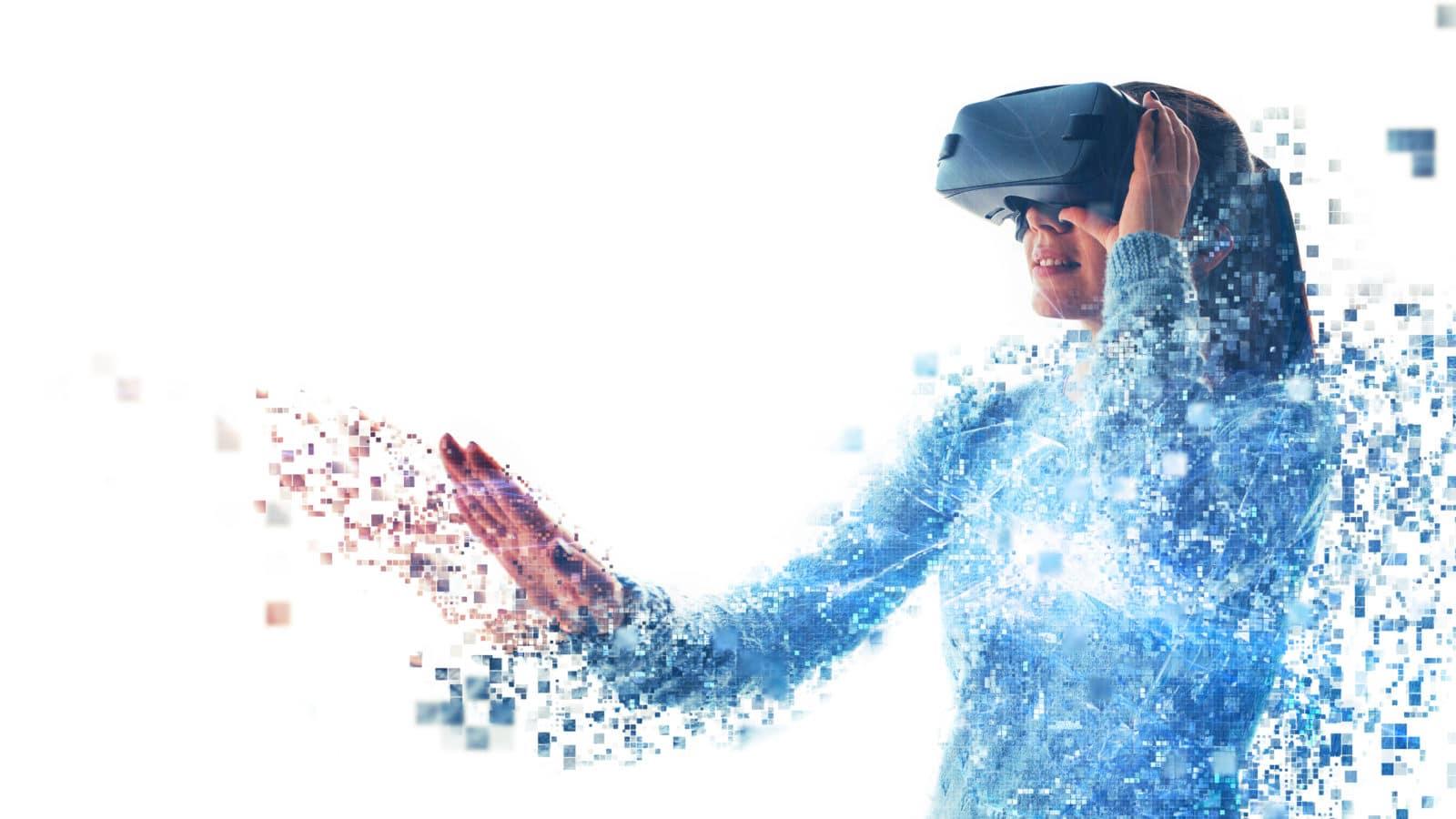 Frau mit AR-Datenbrille tastet nach augmentierten Daten im echten Raum