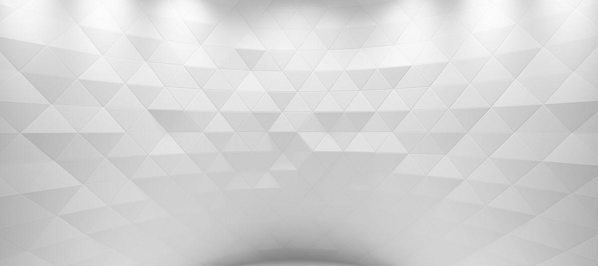 Wand mit kunstvollen weißen Dreiecksornamenten