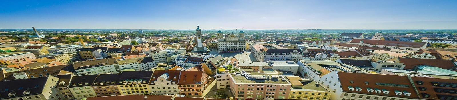 Blick über die Stadt Augsburg mit historischer Innenstadt, Rathaus, Dom und Perlachturm