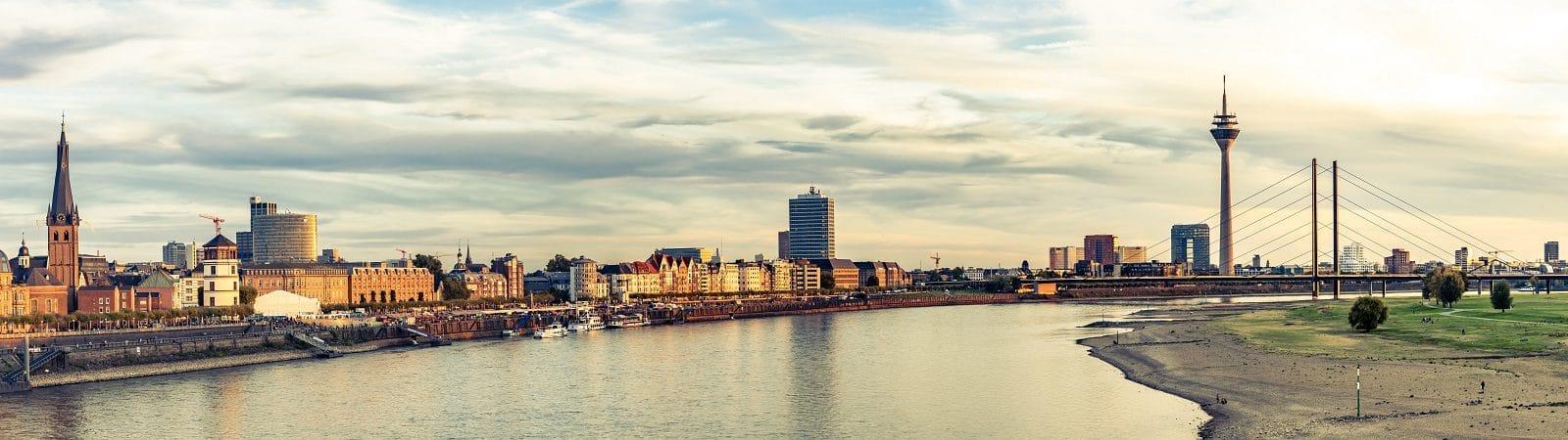 Rheinufer mit Blick auf Düsseldorfer Skyline