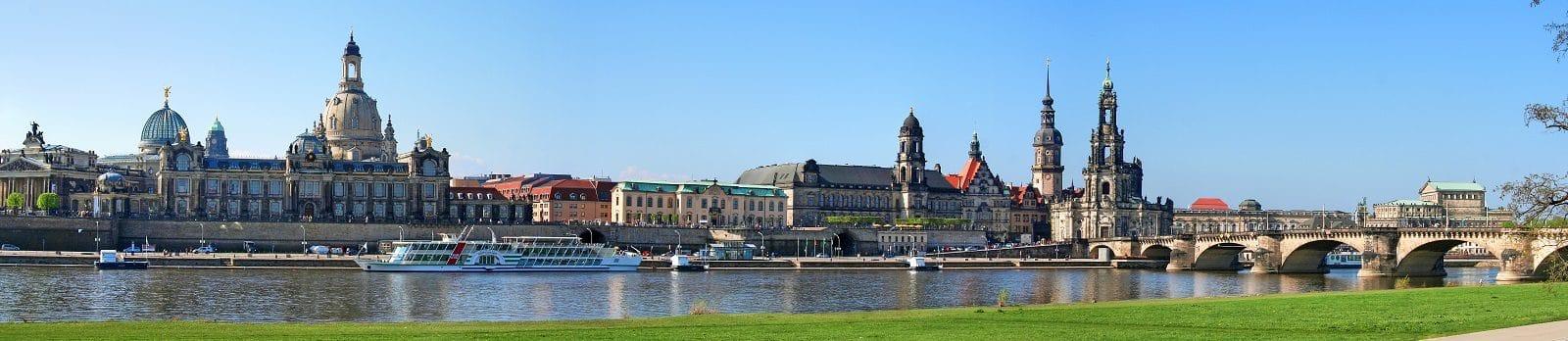 Blick auf die Elbmetropole Dresden mit typischem Stadtbild inklusive Frauenkirche