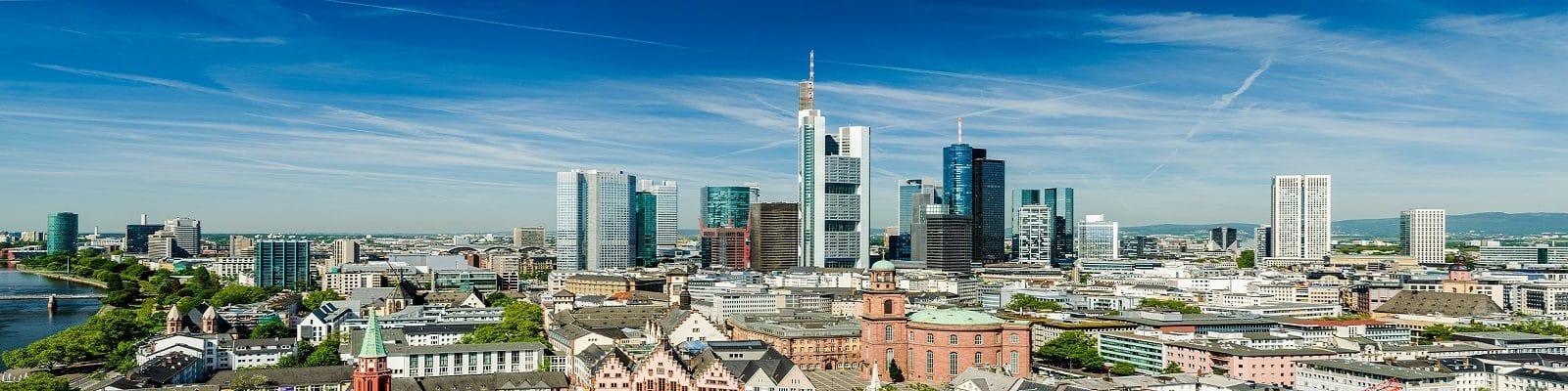 Blick über die Finanzmetropole Frankfurt am Main mit Skyline