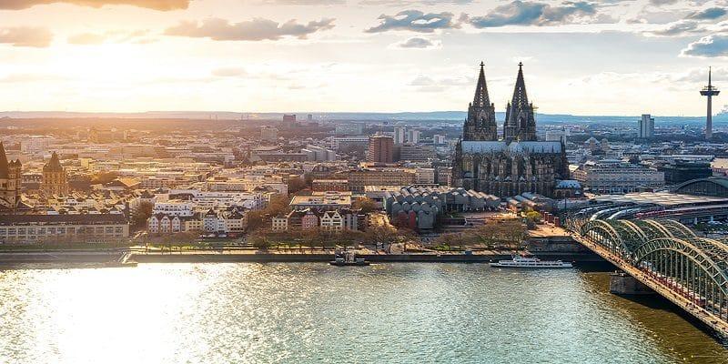 Blick über Köln mit Rhein, Dom und Hohenzollerbrücke