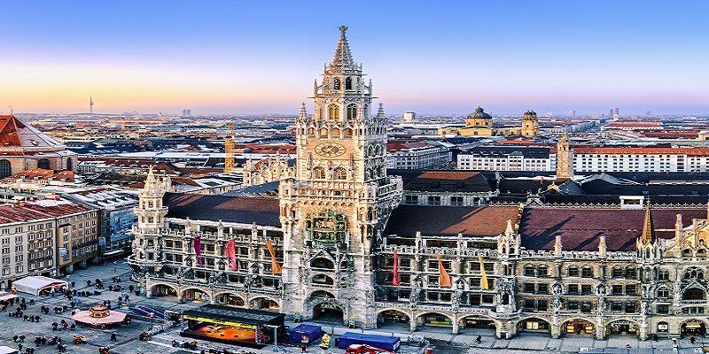 Blick über München mit Marienplatz und Rathaus