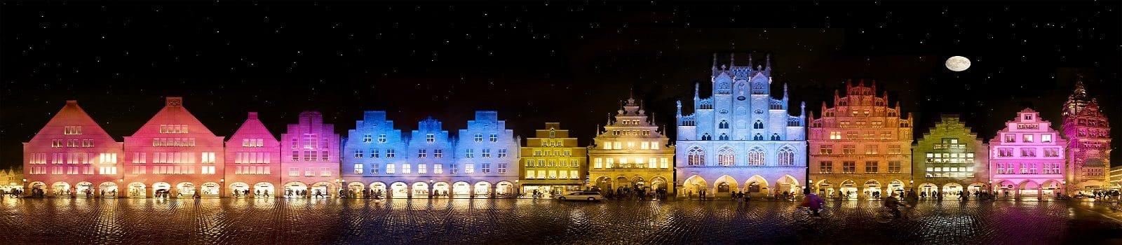 Skyline der Innenstadt Münster mit Blick auf den bunt beleuchteten Prinzipalmarkt
