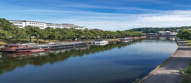 Blick über die Uferpromenade der Saar in Saarbrücken