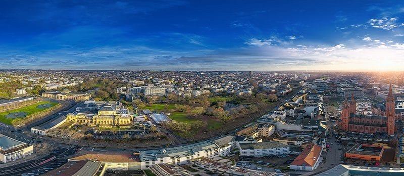 Blick über die hessiche Landeshauptstadt Wiesbaden im Taunus