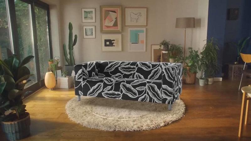 Digitales Sofa in echtem Wohnzimmer