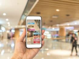 Iphone mit geöffneter Augmented Reality App im Einkaufszentrum